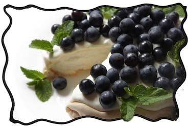 Pavlova cake with dark grapes